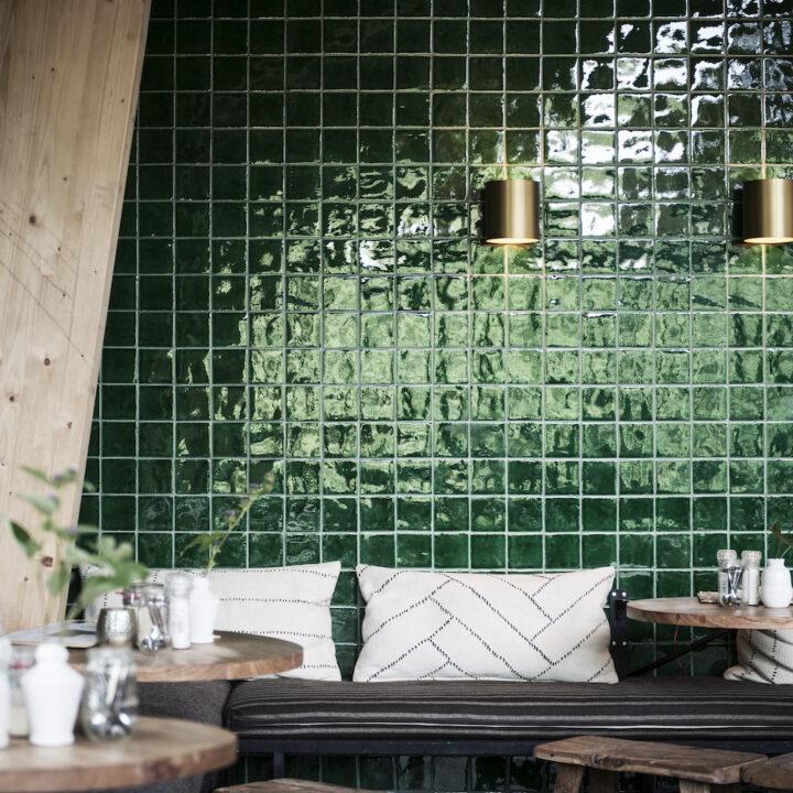 Zithoek in het boscafe met groene tegeltjeswand