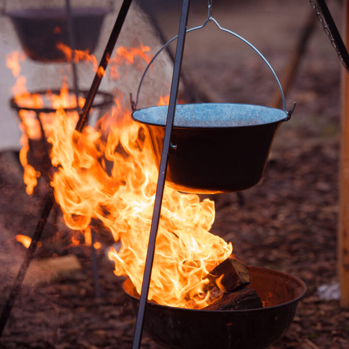 Driepoot met pan en vuurtje