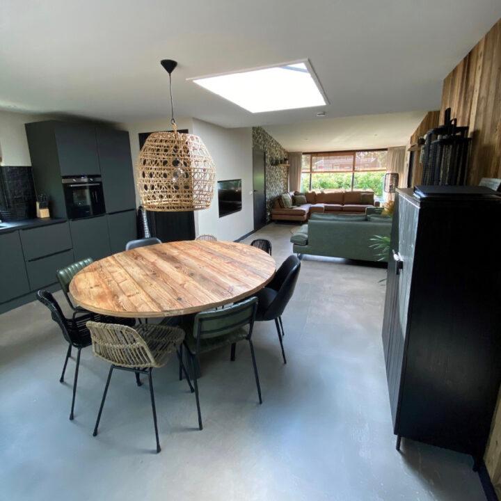 In het vakantiehuis in Callantsoog staat een rond eettafel in de open keuken