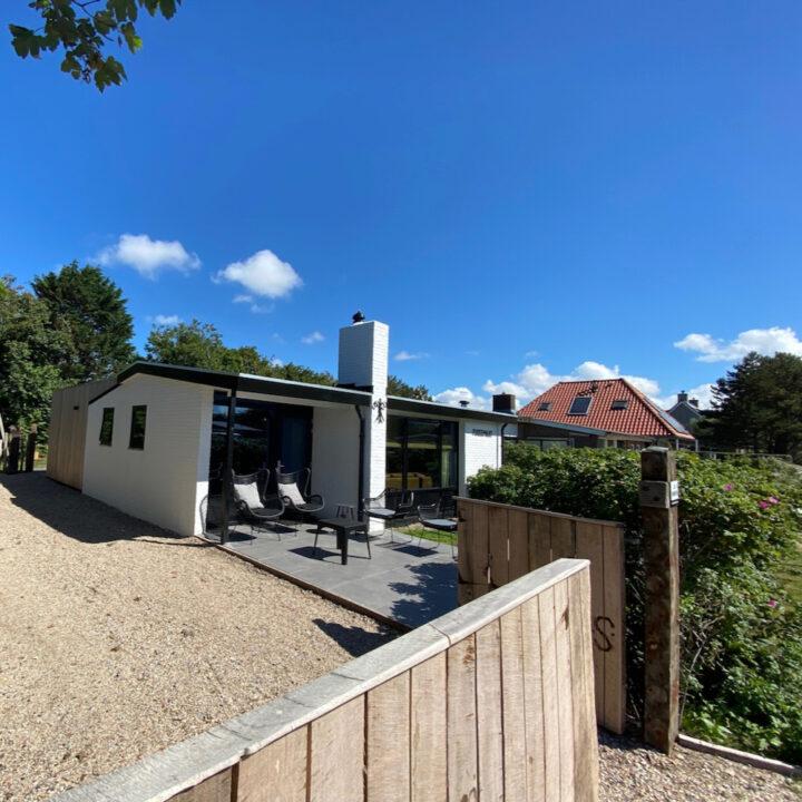 Het vakantiehuis in Callantsoog staat op een perceel dat volledig af te sluiten is met een hek