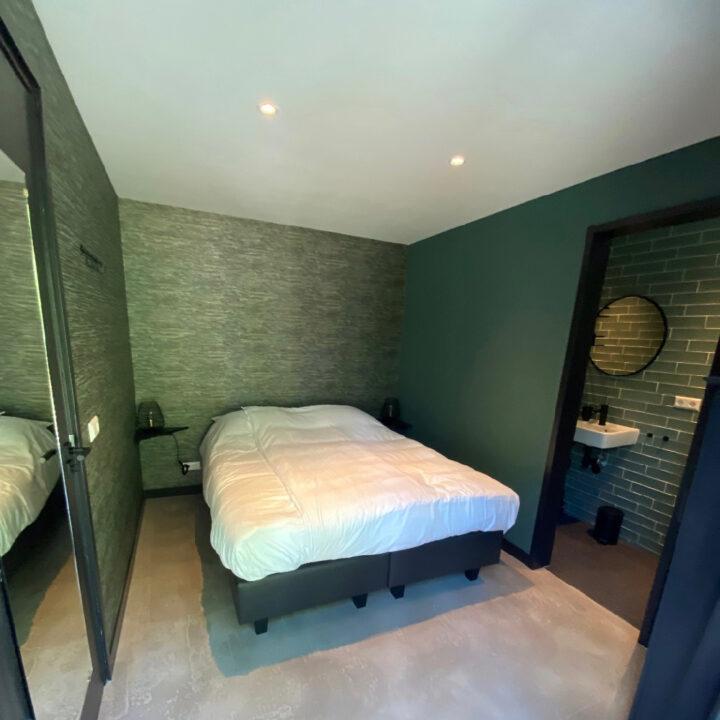 Slaapkamer met en suite badkamer in het vakantiehuis in Callantsoog