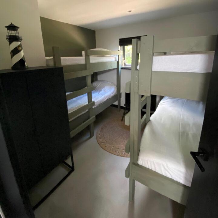Slaapkamer met twee stapelbedden in het vakantiehuis in Callantsoog