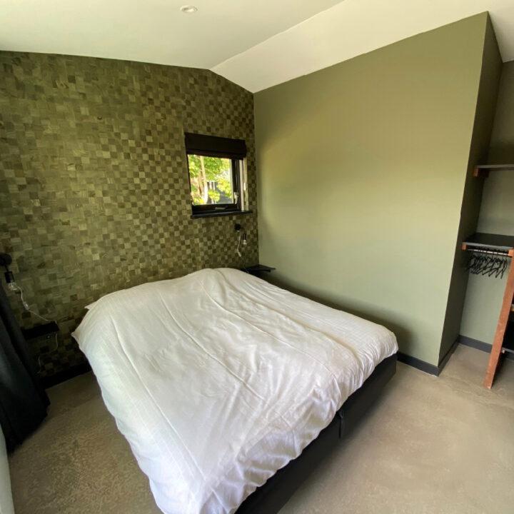 Slaapkamer met comfortabel tweepersoonsbed in het vakantiehuis in Callantsoog