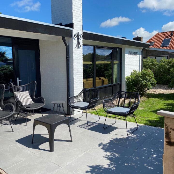 Het vakantiehuis in Callantsoog heeft een terras met loungeset aan de voorzijde van het huis