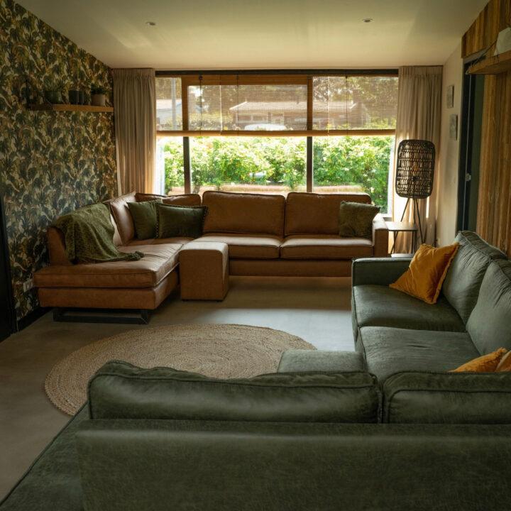 De sfeervolle woonkamer in het vakantiehuis in Callantsoog