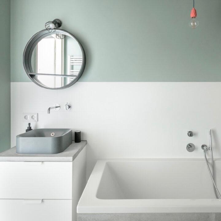 Badkamer met bad in het appartement van Number 9 in Middelburg