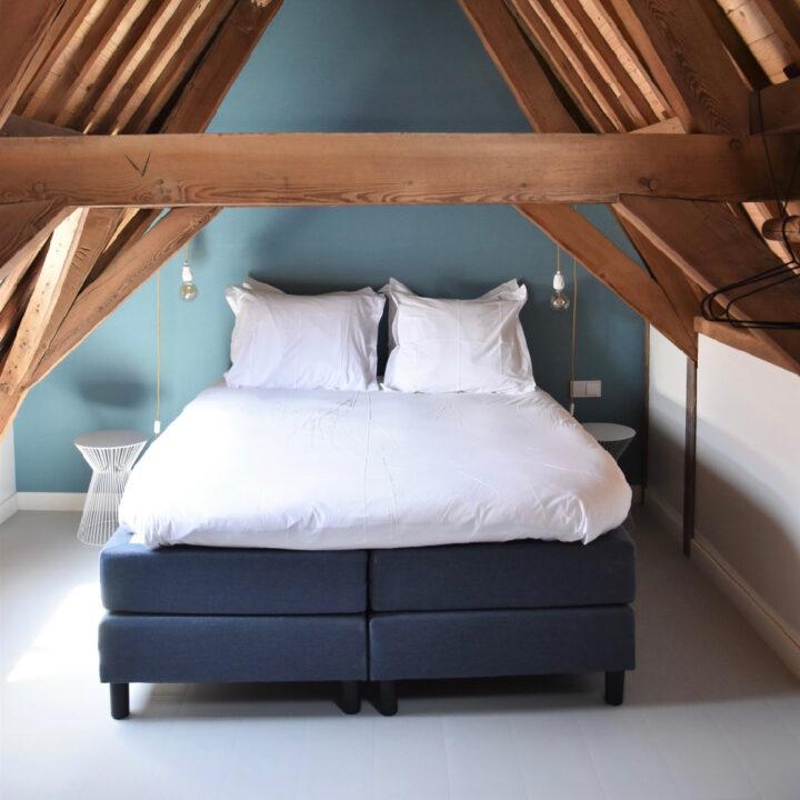 In het appartement van Number 9 in Middelburg staat een comfortabel boxspringbed
