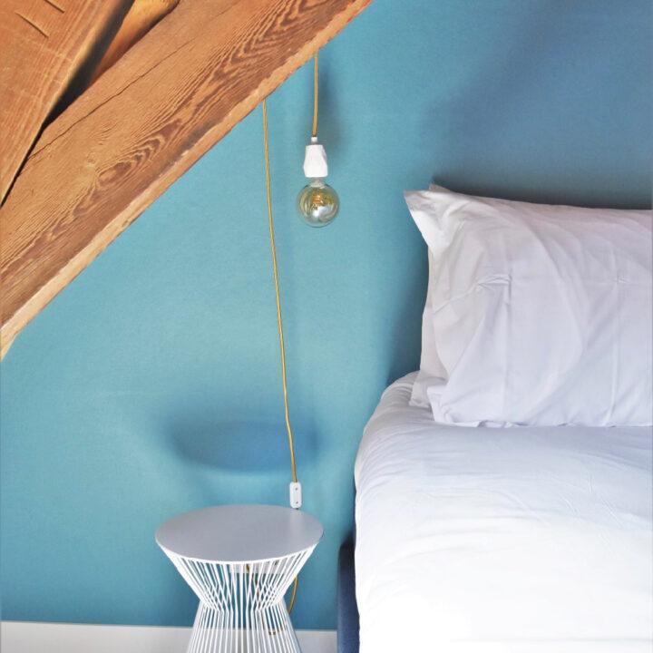 Sfeervolle slaapkamer in het appartement van Number 9 in Middelburg