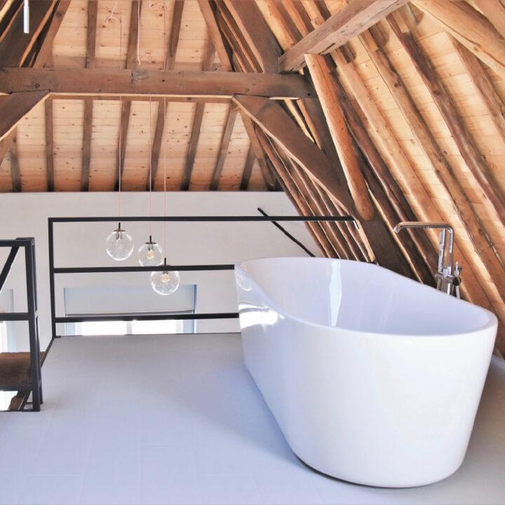 Vrijstaand bad op de vide in het appartement van Number 9 in Middelburg