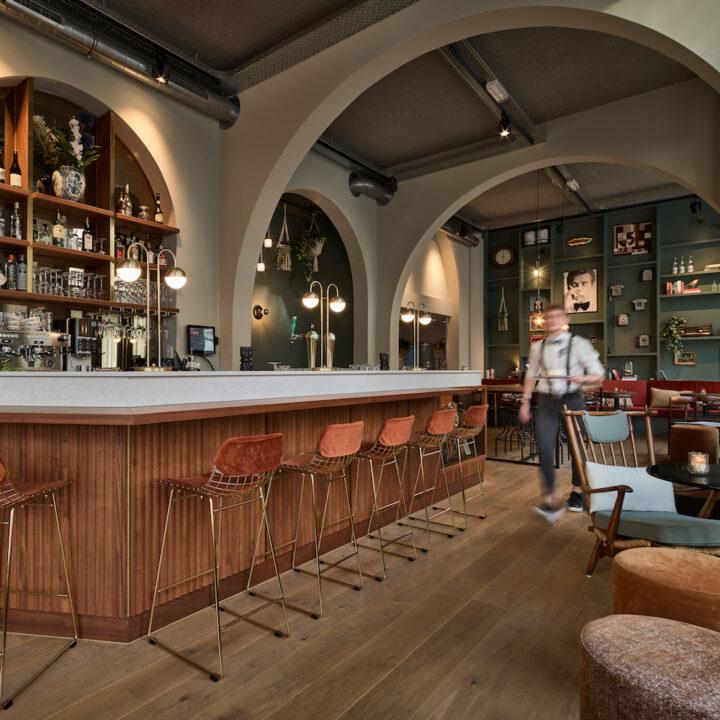Barman in de lounge