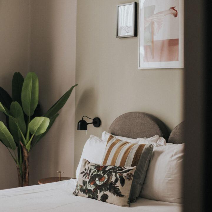 Close up van kussen op bed in hotelkamer