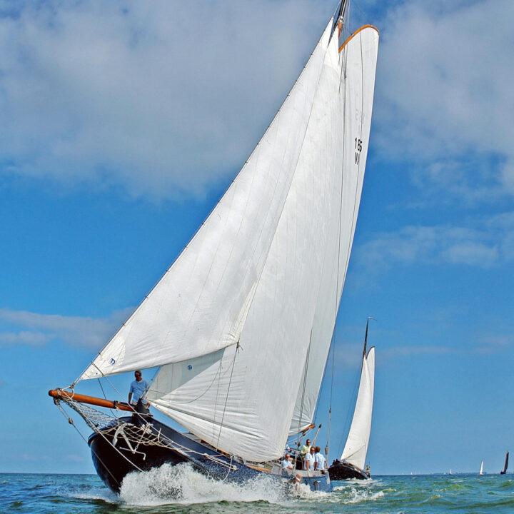 Zeilschip in vol ornaat op de Waddenzee